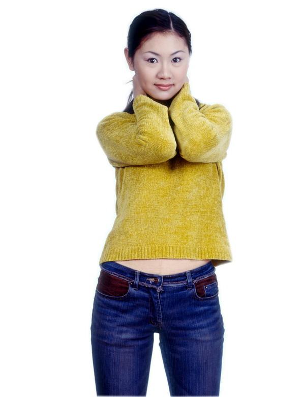 东方女人图片 人物图 黄色毛衣 牛仔裤 女孩