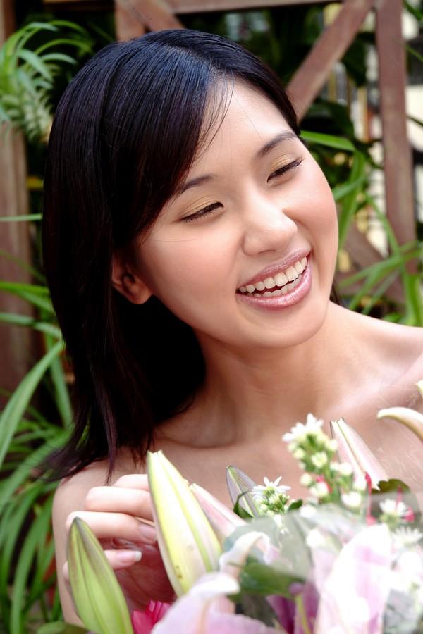 女性购物图片-生活图 开心 笑容 称赞 羡慕 眯眼