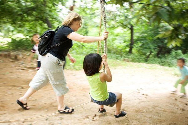 亲子户外运动_欢笑童年图片亲子教育图户外运动秋千带领