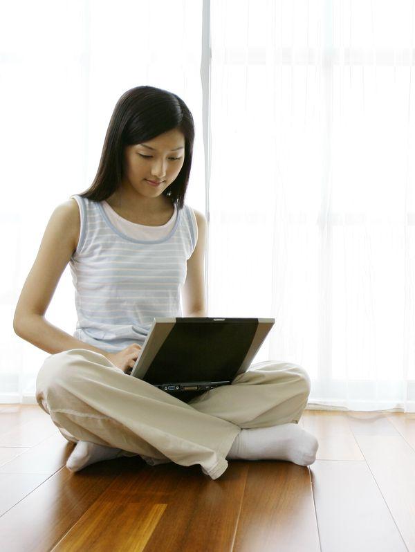 女性居家休闲图片 休闲娱乐图 盘腿坐姿 挺直背