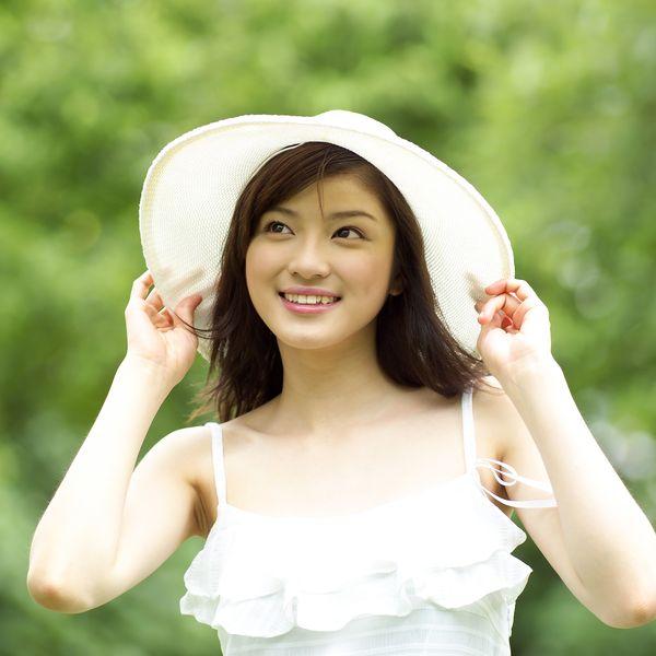 美丽青年图片 休闲娱乐图 宽沿帽 拉住帽檐 头