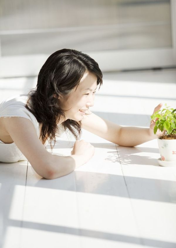女性休闲沐浴 时尚生活 阳光 笑脸 高清图片