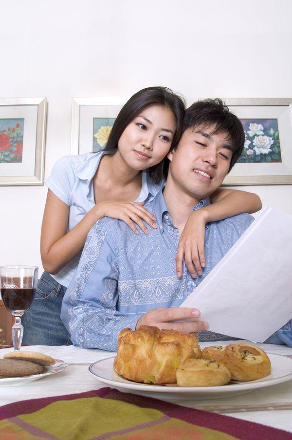 东方恋人图片 家庭情侣图 面包 坐桌前 女士压