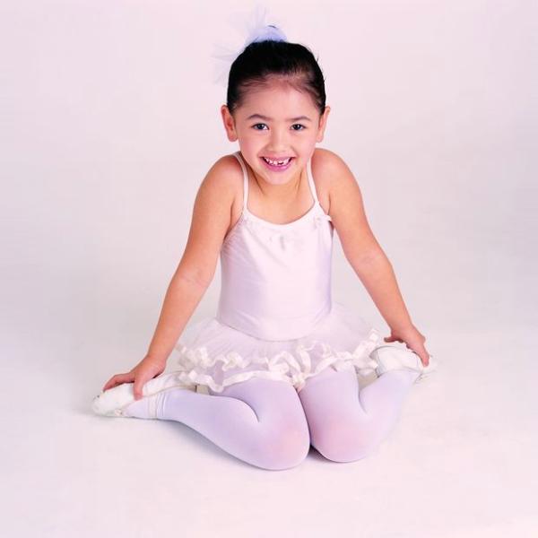 求穿白色裤袜的小女孩的图片