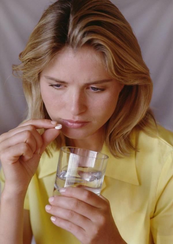 健康女人图片 健身养生图 水杯 吃药