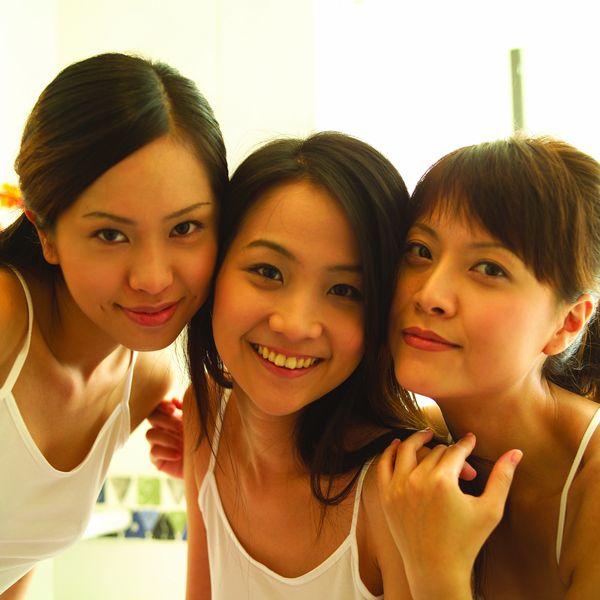 人物居家生活图片-女孩图依偎女生同事,校园俏人物友情图片