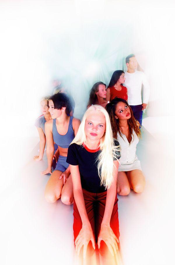 狂热人群图片 人物图 青年一代 金发美女 跪在