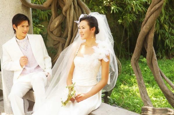 双人写真图片 婚纱写真图 树根 白纱裙,婚纱写真,双人写真